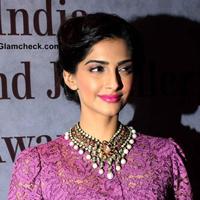 Sonam-Kapoor-2013-Hairstyle-Makeup